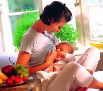 Запор у кормящей мамы. Как избавиться, не навредив малышу?