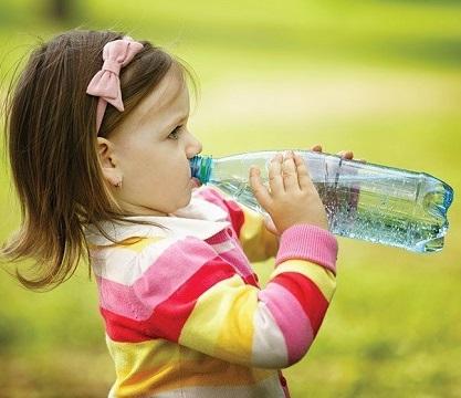 Девочка пьёт воду из бутылки