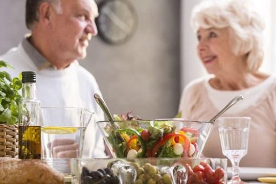 пожилая пара ужинает