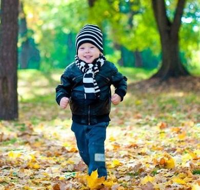 Мальчик бежит по парку