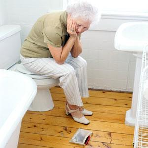 пожилая женщина в туалете