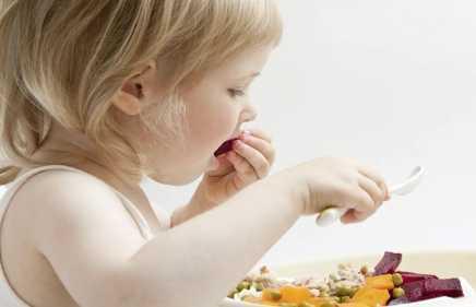 Ребёнок ест овощи