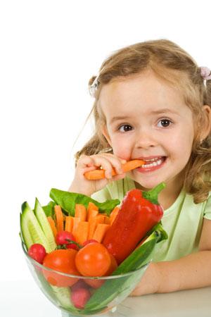 девочка грызёт морковку