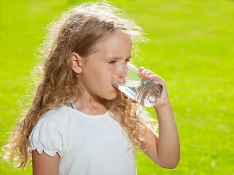 девочка пьёт воду из стакана