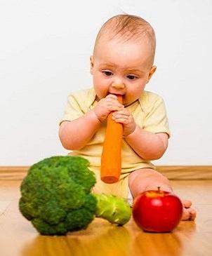 малыш грызёт морковку