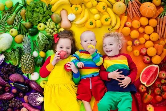 дети на фоне фруктов